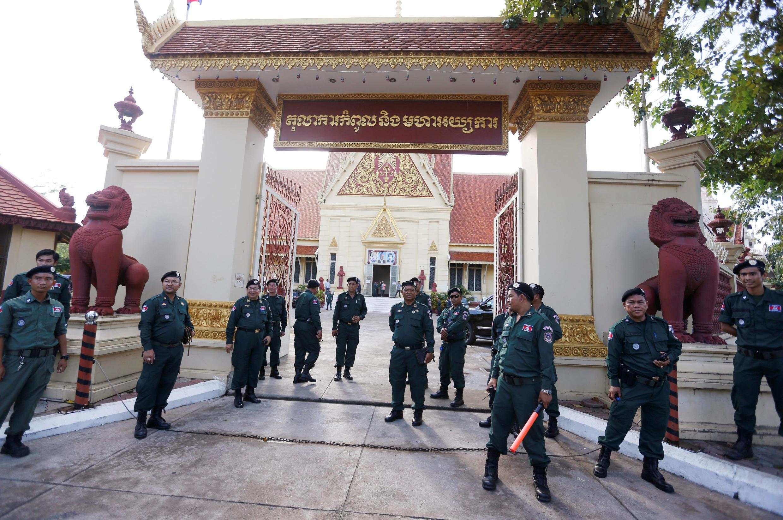 Des membres des forces de l'ordre montent la garde devant la Cour suprême cambodgienne à Phnom Penh, le 16 novembre 2017.