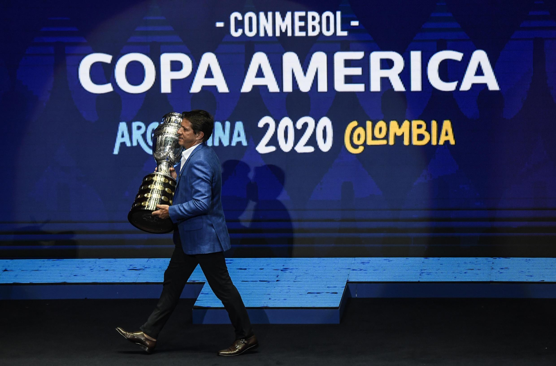 El exfutbolista brasileño Juninho Paulista presentó el trofeo de la Copa América en la ceremonia del sorteo en diciembre de 2019.