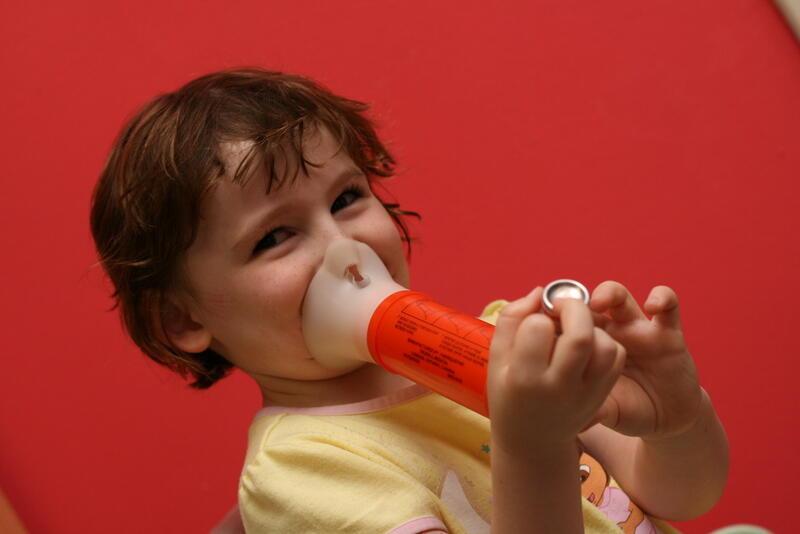 Aérosol doseur contre l'asthme muni d'un espaceur, ou une chambre de retenue.