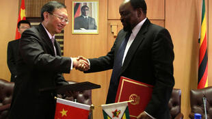 China's FM Yang Jiechi (L)meets Zimbabwe's Simbarashe Mumbengegwi in Harare