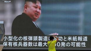 Un hombre toma una foto frente a un monitor en Tokio mostrando noticias sobre las amenazas de Corea del Norte, el 9 de agosto de 2017.