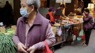 Les résidents portent des masques pour se protéger de la propagation de la maladie à coronavirus (COVID-19) lors de leurs achats dans un marché en plein air à Taipei, Taiwan, le 8 avril 2020.
