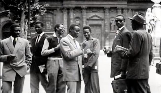 Etudiants au Quartier latin devant la Sorbonne, après-guerre.