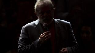 Os jornais cogitam a hipótese de um complô para impedir o retorno de Lula e do PT ao poder
