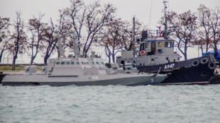 Dois navios da marinha ucraniana, capturados pelos serviços de segurança russos do FSB, estão ainda ancorados num porto de Kertch, na Crimeia.