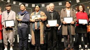 رویا سادات، کارگردان افغان و برنده چهار جایزه جشنواره وزول در کنار ابراهیم مختاری (سمت راست)