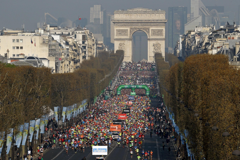 Visão panorâmica da largada da 39ª edição da Maratona de Paris, no Arco do Triunfo.
