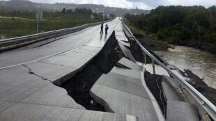 Una calle dañada por el sismo en Tarahuin, en la isla de Chiloé, en el sur de Chile, el 25 de dicimebre de 2016.