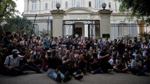 Un grupo de jóvenes intelectuales y artistas se manifiestan en la puerta del Ministerio de Cultura cubano durante una protesta en La Habana, el 27 de noviembre de 2020