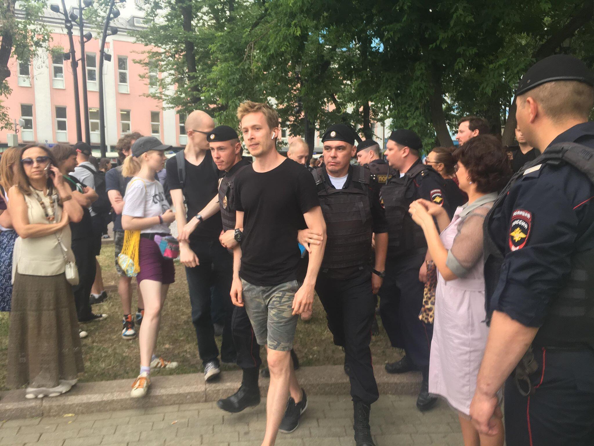 Полиция продолжает задерживать людей на акции в центре Москвы, 12 июня 2019 года