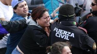 Les proches des détenus face à des policiers à l'extérieur de la prison mexicaine d'Apodaca, où s'est produite la mutinerie, entre bandes rivales, le 19 février 2012
