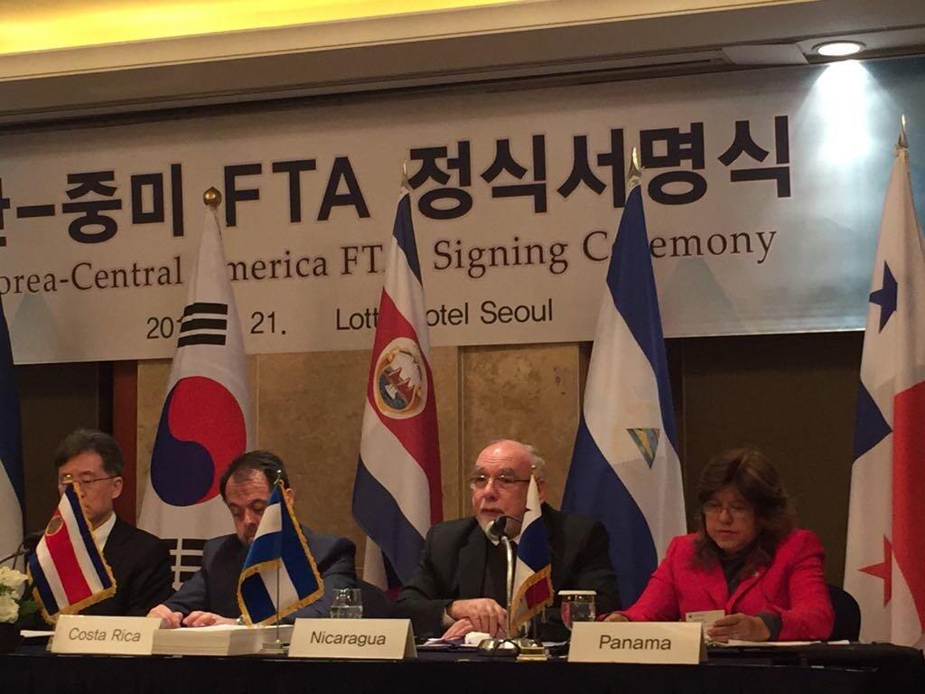 El Ministerio de Comercio e Industrias de Panamá siguió via Twitter la firma del TLC.