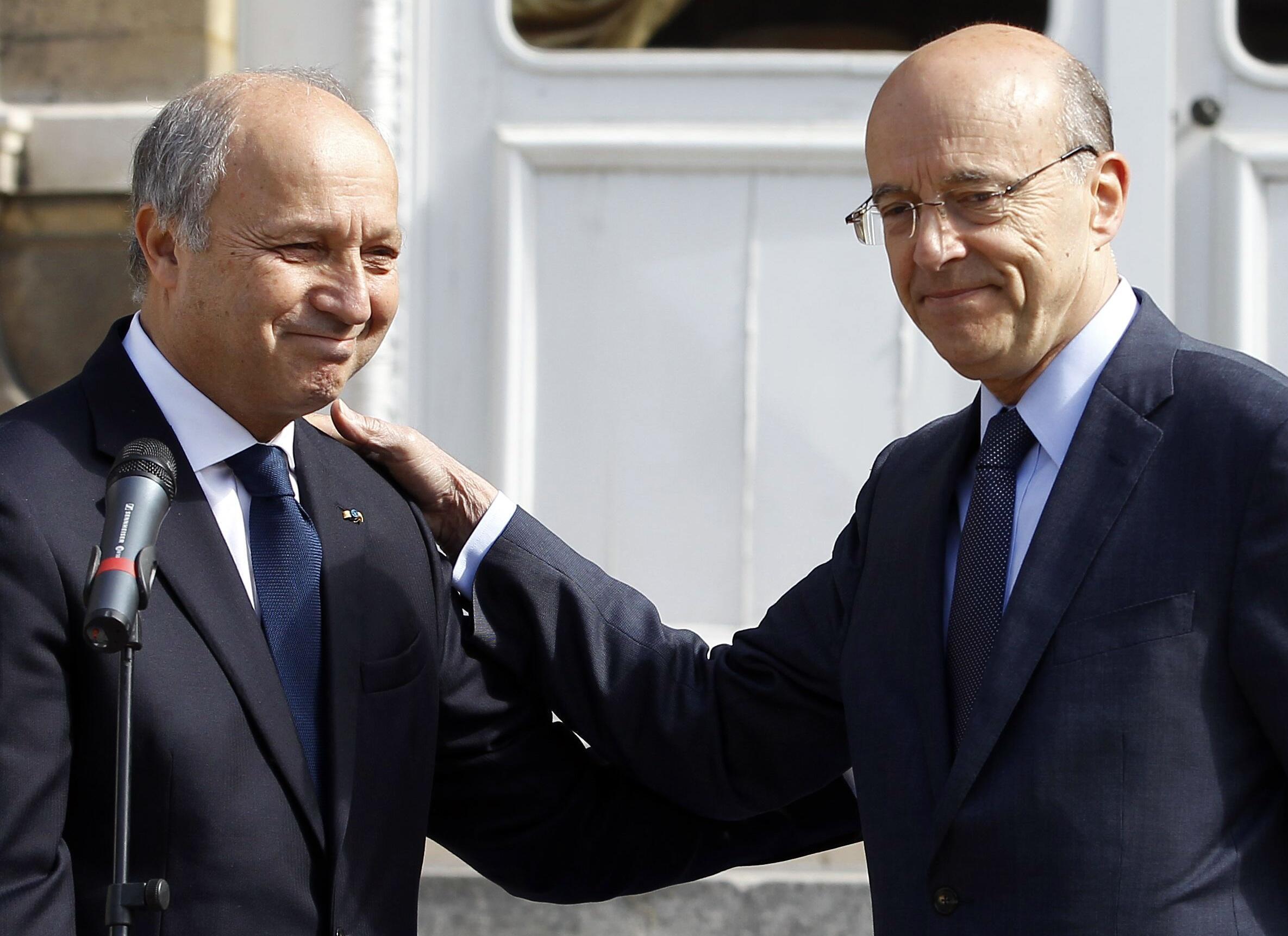 Лоран Фабиус (слева) и Ален Жюппе в ходе передачи полномочий в МИД Франции в четверг 17 мая 2012 г.