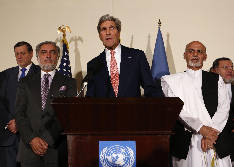 John Kerry face à la presse, ce samedi 12 juillet 2014 à Kaboul. A gauche sur la photo, Abdullah Abdullah. A droite: Ashraf Ghani.