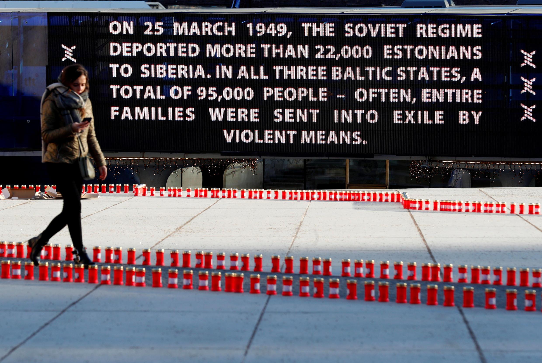 Nến và bảng tưởng niệm các nạn nhân Estonia, Latvia, Litva bị Stalin đày đi Siberia cách đây 70 năm. Ảnh chụp ngày 25/03/2019.