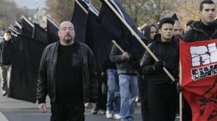 Neonazistas marcham nas ruas da cidade de Ramagen, na Alemanha, em 2011