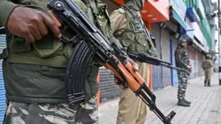 Sept cent mille militaires et policiers indiens sont déployés au Cachemire.
