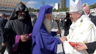 Francisco es saludado por representantes religiosos de Georgia, en la  misa al aire libre en Tiflis, capital de Georgia, este sábado 1° de octubre 2016.