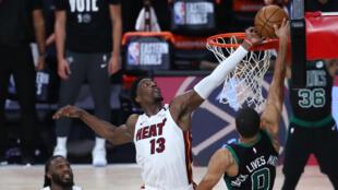 Bam Adebayo effectuant son contre désormais mythique lors d'une tentative de dunk de Jayson Tatum, en play-offs NBA.