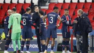 L'entraîneur du Paris St-Germain Thomas Tuchel avec ses joueurs