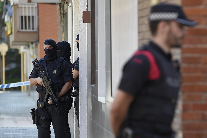 Сотрудники правопорядка в Корнелья-де-Льобрегат, пригороде Барселоны, где 20 августа этого года было совершено нападение на комиссариат полиции