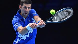 Le Serbe Novak Djokovic face à l'Allemand Alexander Zverev lors de la 6e journée du Masters de Londres, le 20 novembre 2020