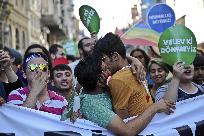 Homens se beijam na Parada Gay de Istambul, na Turquia, um país muçulmano.