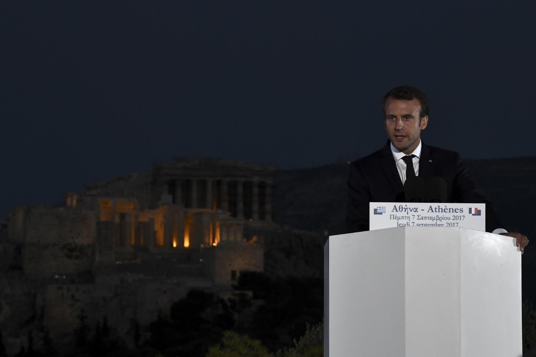 Emmanuel Macron prononce un discours sur la colline du Pnyx, en Grèce, avec le Parthénon en arrière plan, le 7 septembre 2017.