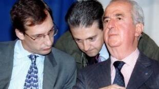 Nicolas Bazire (trái) và Pierre Mougin(giữa) đang trao đổi với ông Edouard Baladure hồi tháng 4 năm 1995