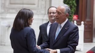 Presidentes português e francês juntos em Paris (aqui com a presidente da câmara local Anne Hidalgo)
