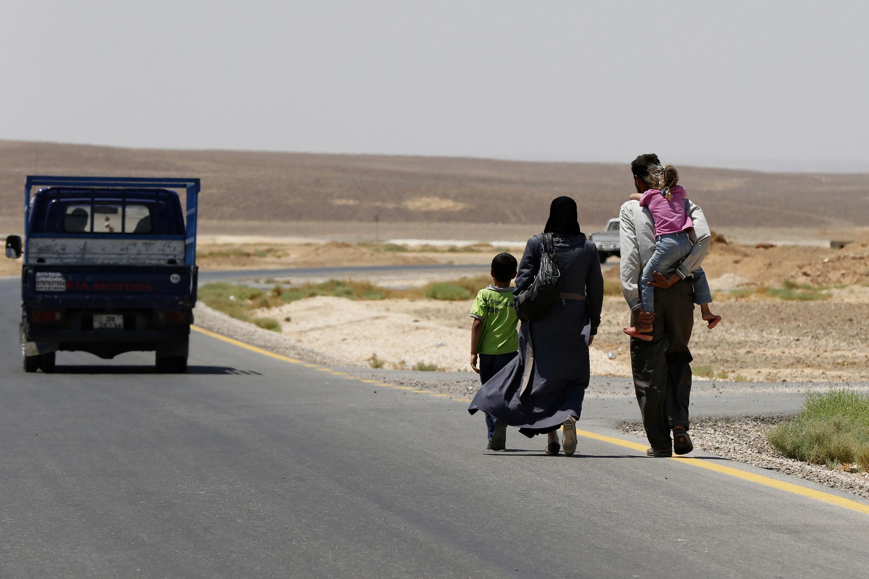 Refugiados sírios próximos do campo de Azraq, na Jordânia.