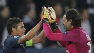 Thiago Silva et Salvatore Sirigu (PSG), à la fin du match contre Valence, le 6 mars 2013, au Parc des Princes.