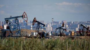 Нефтедобывающие установки на фоне Баку