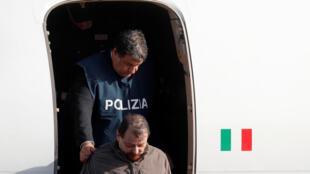 Chegada de Cesare Battisti ao aeroporto de Roma.