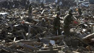 Les militaires japonais fouillent les décombres à la recherche de victimes à Sendai, le 16 avril 2011.