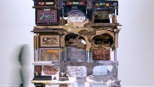 Mueble diseñado por el artista griego Kostas Lambridis con minerales, metales, madera, plástico y textiles. Colección Carpenters Workshop Gallery, Londres.