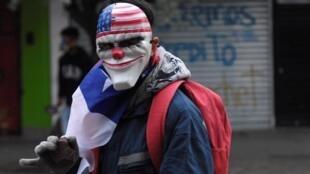 Em clima de Halloween, manifestantes foram às ruas mascarados nesta quinta-feira (31), em Santiago.