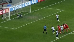 Karim Benzema manque un penalty, arrêté par le gardien suisse Diego Benaglio, en phase de groupes de la Coupe du Monde 2014.
