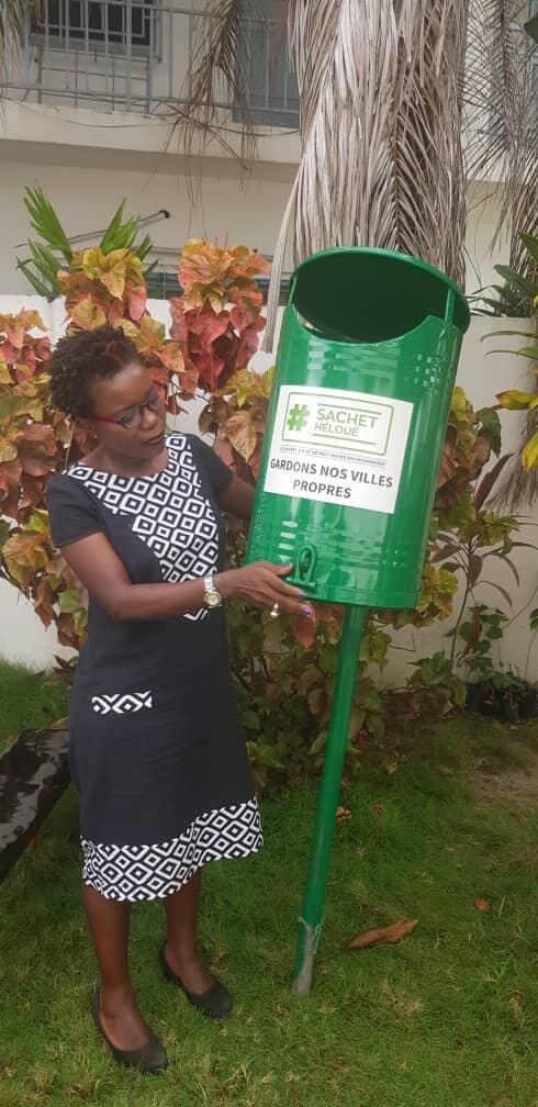 L'installation d'une poubelle à Cotonou.
