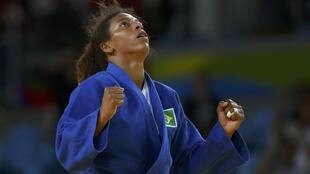 A judoca Rafaela Silva comemora a vitória sobre a mongol Sumiya Doorjsuren, nesta segunda-feira (8), trazendo a primeira medalha de ouro para o Brasil nos Jogos Olímpicos do Rio de Janeiro.