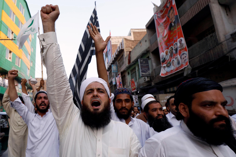 Des partisans du Muttahida Majlis-e-Amal (MMA) manifestent après les élections au Pakistan, qu'ils accusent d'avoir été truquées par la Commission électorale du Pakistan.