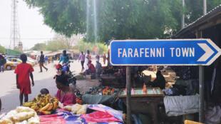 Des commerçants sur la route de la ville de Farafenni en Gambie.