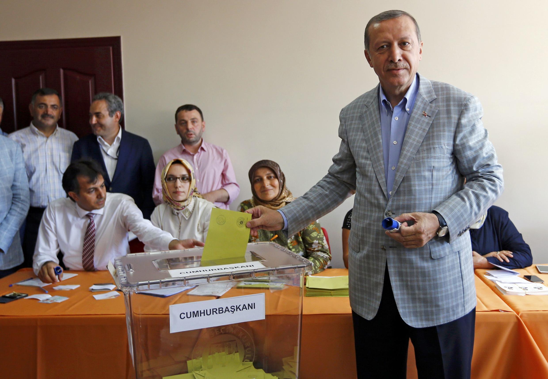Премьер-министр и кандидат на пост президента Турции Реджеп Тайип Эрдоган голосует на избирательном участке в Стамбуле, 10 августа 2014 г.