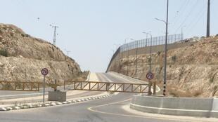 La route 4370 au nord de Jérusalem dans les territoires palestiniens propose deux itinéraires séparés par un mur. L'un facilite l'accès vers la ville depuis le nord de la Cisjordanie, l'autre dessert des villages palestiniens.
