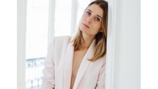 Admise Paris crée des tailleurs pour femmes.