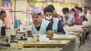 Des ouvriers dans une usine textile de Tongi, au Bangladesh.