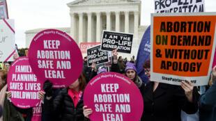 Opositores y partidarios del derecho al aborto se manifiestan frente a la Corte Suprema de Estados Unidos, el 3 de marzo de 2020 en Washington