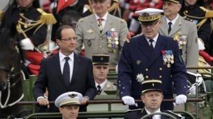 Президент Франции Франсуа Олланд на Елисейских полях 14 июля 2012 г.
