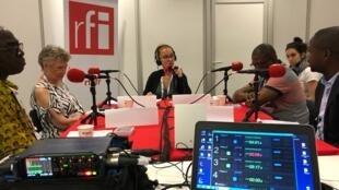 Enregistrement de Priorité Santé à Amsterdam avec (de gauche à droite) le Dr Camille Anoma, Pr Françoise Barré-Sinoussi, Caroline Paré, Pr Serge Eholié et Dr Dominique Mahambou Nsonde