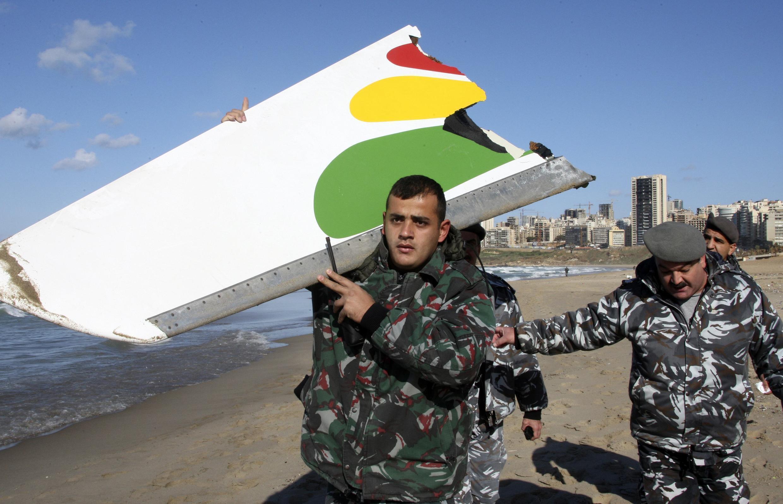 Des policiers récupèrent des restes de l'avion d'Ethiopian Airlines sur une plage de Beyrouth, le 26 janvier 2010.